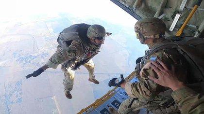 Munición de Guerra, toma de rehenes y saltos en paracaídas: los entrenamientos que realizó el Comando de Operaciones especiales de las Fuerzas Armadas en Córdoba