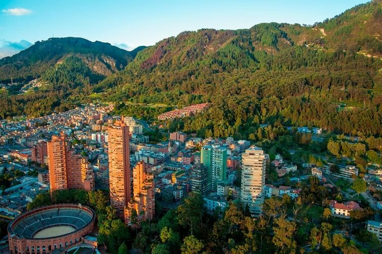 La vibrante ciudad capital es conocida por sus coloridos edificios coloniales y sus abundantes museos. La Candelaria es el colorido centro histórico lleno de tiendas especializadas, museos, estudios de arte y comida
