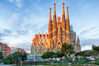 La Sagrada Familia es la obra más famosa de Antoni Gaudí, a pesar de que aún está sin terminar. La construcción comenzó en 1882, antes de la muerte de Gaudí en 1926