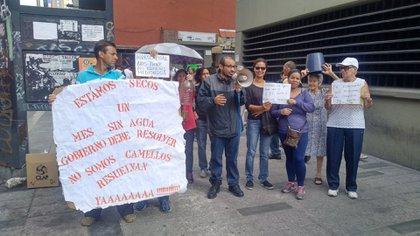 Vecinos de Caracas protestan por la falta de agua (@TVVnoticias)