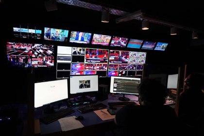 Desde los controles de TV Nostra (Foto: Franco Fafasuli)