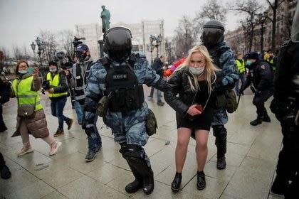 Agentes de las fuerzas del orden detienen a una mujer durante una concentración de apoyo al líder opositor ruso encarcelado Alexei Navalny en Moscú, Rusia, el 23 de enero, 2021. REUTERS/Maxim Shemetov