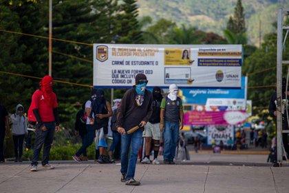 Estudiantes encapuchados durante el enfrentamiento con la Policía Nacional en Ciudad Universitaria, Tegucigalpa, 7 de octubre de 2019.