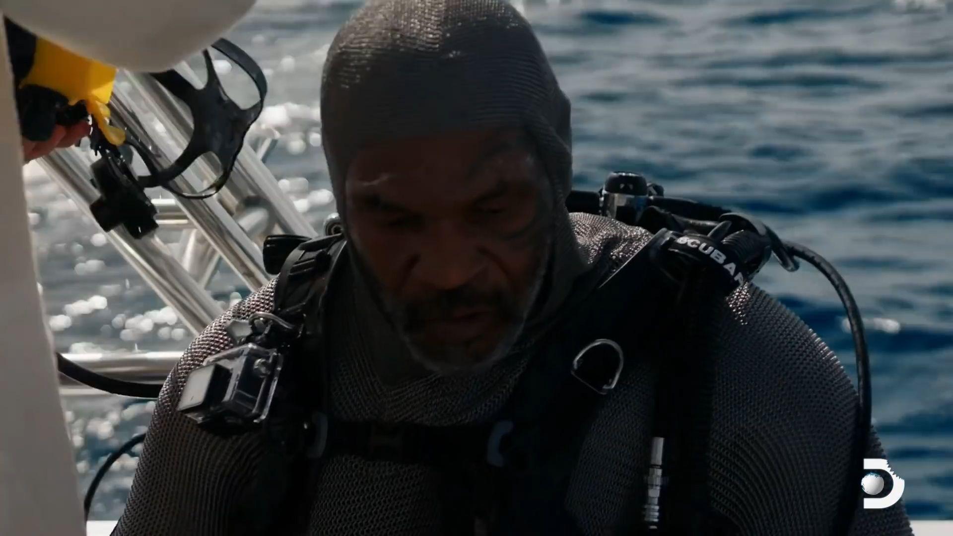 Mike Tyson nadando con tiburones