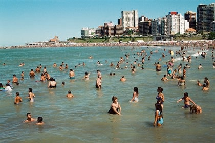 Las vacaciones de verano en la costa tendrán múltiples protocolos en hoteles, playas, locales gastronómicos y espacios abiertos (Gentileza Galeria Nora Fisch)