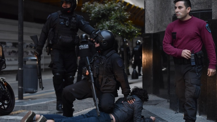 Ayer hubo graves incidentes en el consulado chileno en Buenos Aires (foto: Franco Fafasuli)