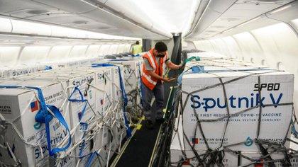 Llegarán más vacunas al país: 800 mil dosis de Sputnik V arribarán esta noche para reforzar el plan oficial contra el coronavirus
