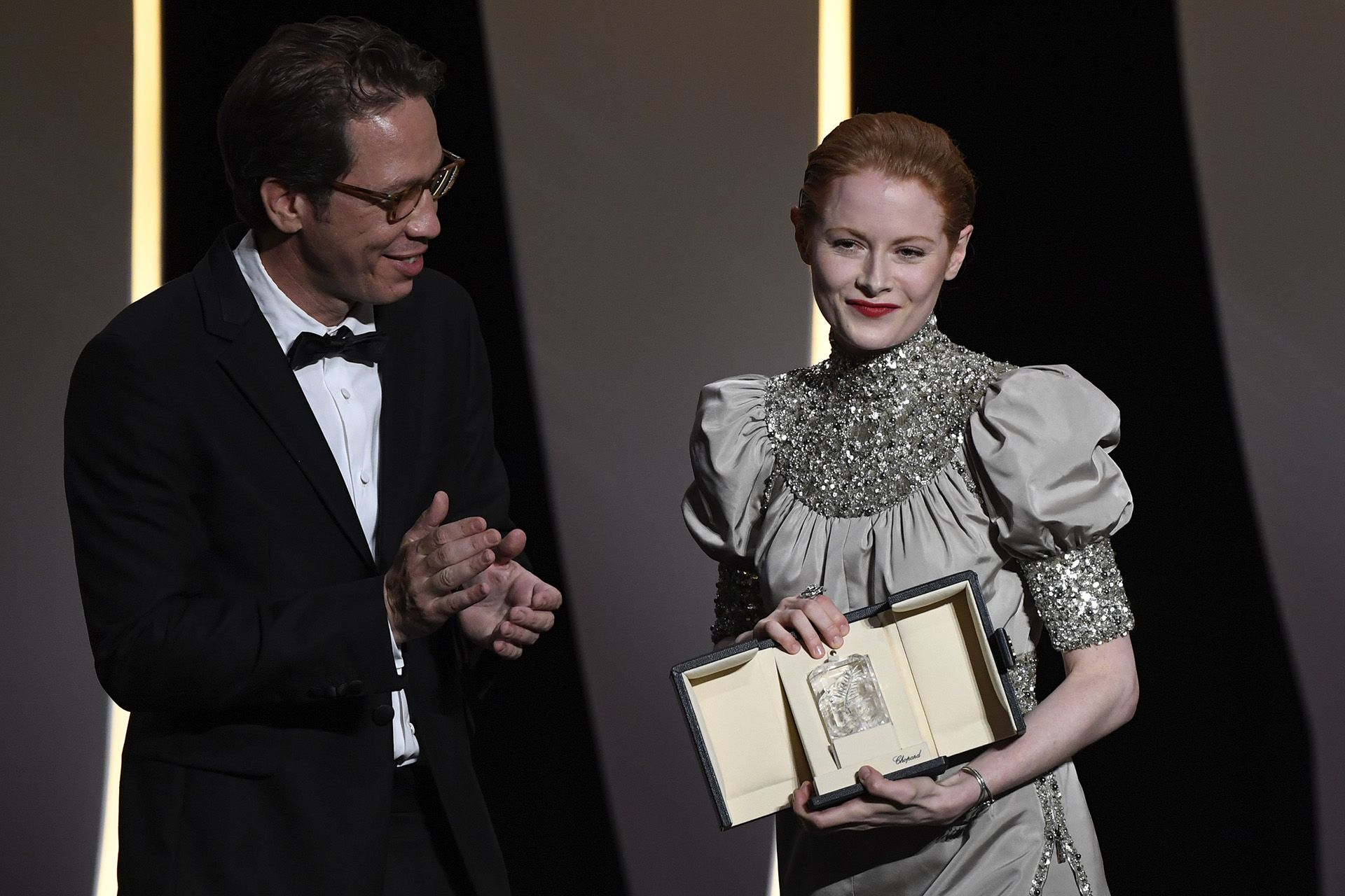 La actriz británica Emily Beecham junto al actor francés Reda Kateb (Photo by CHRISTOPHE SIMON / AFP)