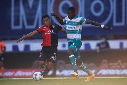 Félix Torres, denunció que fue víctima de racismo durante el partido que sostuvo con el Atlético San Luis (Foto: EFE/ Francisco Guasco/Archivo)