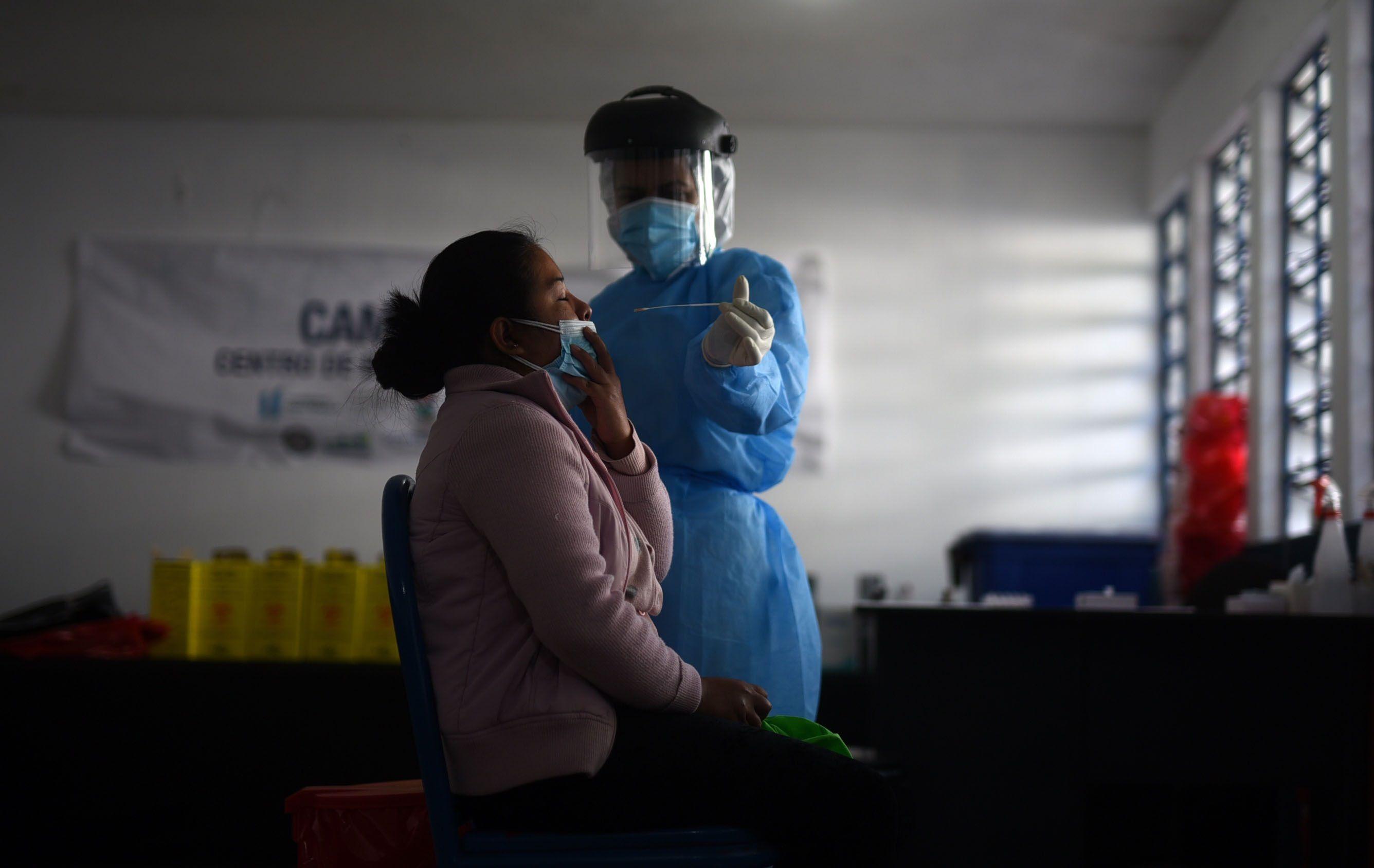 Personas acuden a uno de los Centros de Bienestar Respiratorios, habilitados por la Municipalidad de Guatemala, para detectar casos tempranos de la covid-19. EFE/Edwin Bercõan/Archivo