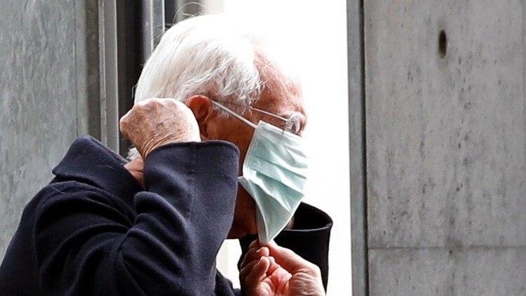 El diseñador Giorgio Armani con un barbijo antes de entrar a la locación de su desfile (Reuters)