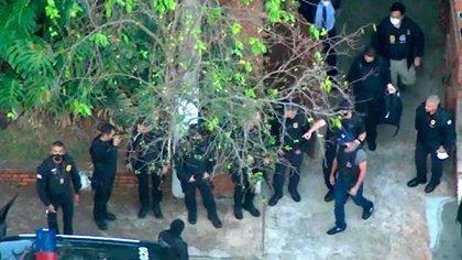 El momento en que se llevan detenido a Queiroz (captura de TV)