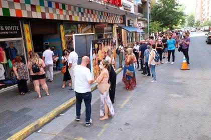 Cerca de 200 personas hicieron una larga fila en la calle para ingresar al teatro
