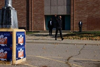 Barack Obama saluda a sus seguidores en Flint, Michigan, durante el último tramo de la campaña demócrata. REUTERS/Brian Snyder