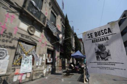 La ocupación de una sede de la Comisión Nacional de los Derechos Humanos (CNDH) cumple seis meses como símbolo de la resistencia feminista ante un Estado que muchas consideran negligente y permisivo con la violencia contra la mujer en México, un país con casi 1.000 feminicidios en 2020. (Foto: EFE)