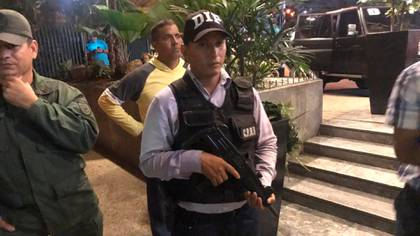 Agentes armados se encuentran en el hotel