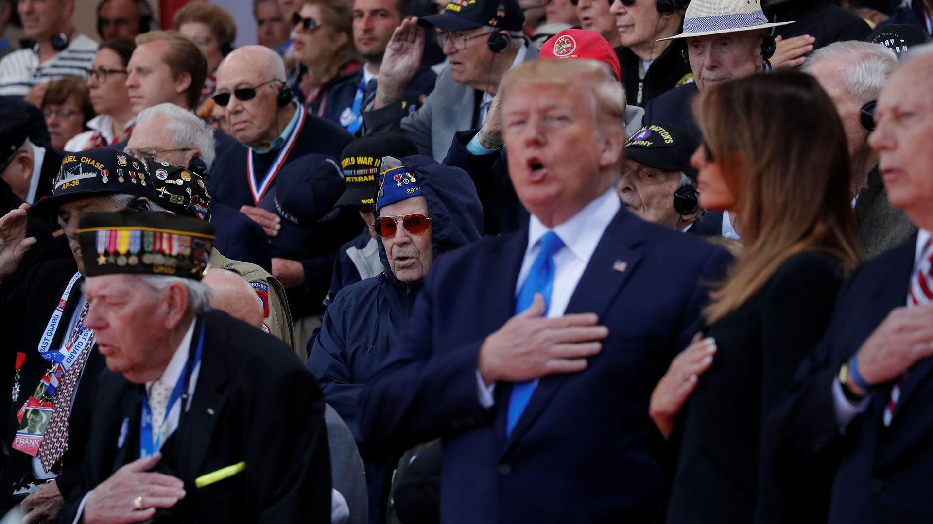 Donald Trump y su esposa Melania, rodeados por veteranos del Día D en Normandía (Reuters)