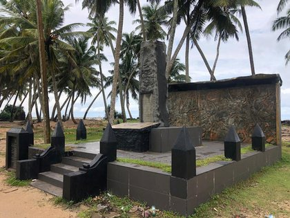 Monumento en memoria a los muertos en el tsunami del 2004 em Seenigama, Sri Lanka,