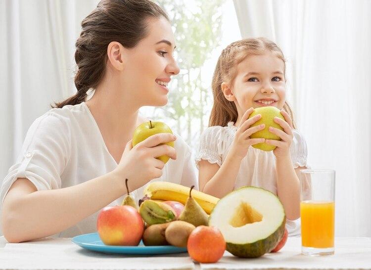 Incluir frutas en el desayuno y la merienda es una buena estrategia para incrementar su consumo (Getty Images)
