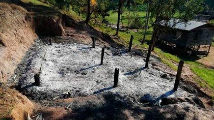Una de las viviendas quemadas en la comunidad Alal durante el ataque armado de colonos el 29 de enero pasado. (Cortesía)