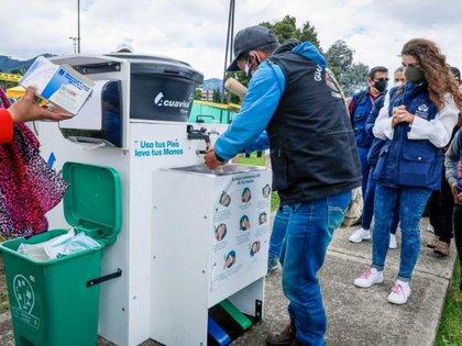Además del fregadero móvil, se proporcionaron baterías sanitarias, carros tanque con agua potable y consultorios médicos. Foto: Ayuntamiento de Bogotá