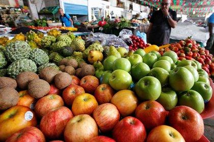 Foto de archivo. Un hombre compra verduras y frutas en Cali, Colombia. REUTERS/Jaime Saldarriaga.