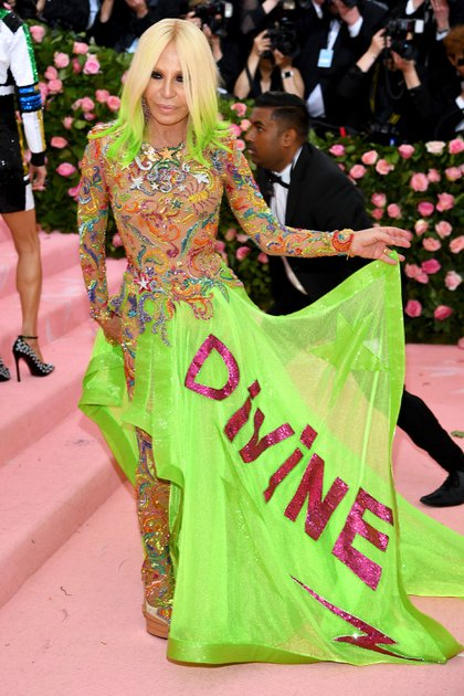 Los colores fluorescentes se hicieron presentes en la alfombra rosa de la excéntrica gala y Donatella Versace, una de las figuras más importantes de la industria de la moda, no pudo negarse a la tendencia. Las transparencias, apliques y pelos de colores, fueron un must para la actual vicepresidenta del grupo Versace