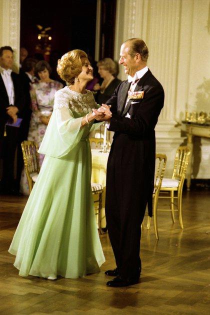 Betty Ford y el príncipe Felipe bailan durante la cena de estado en honor a la reina Isabel II en la Casa Blanca en Washington, Estados Unidos el 7 de julio de 1976