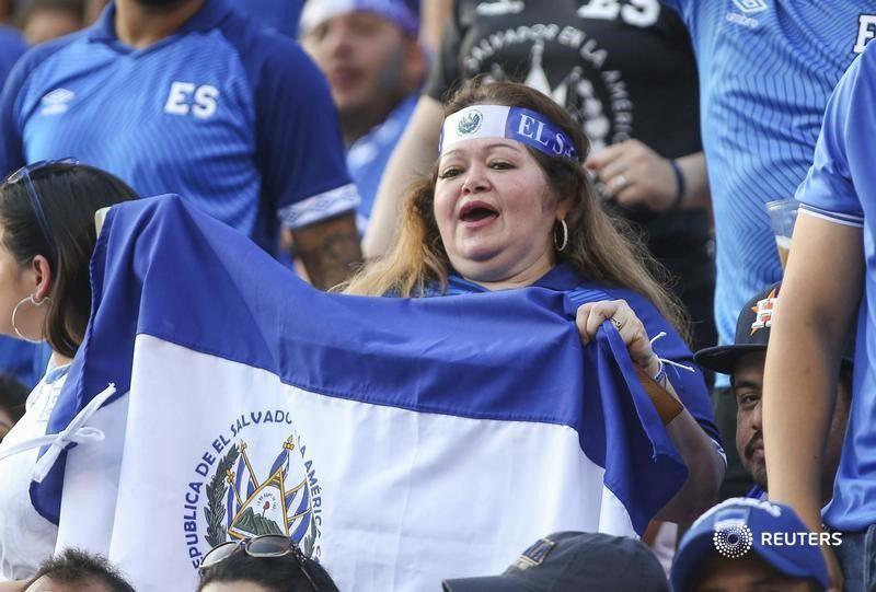 Foto de archivo de aficionados de El Salvador durante partido de la Copa Oro 2019. Estadio BBVA, Houston, Texas, EEUU. 21 de junio de 2019. CREDITO OBLIGADO USA TODAY/Troy Taormina