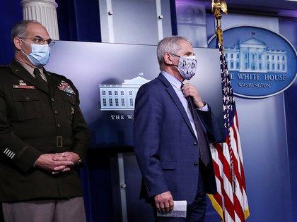 FOTO DE ARCHIVO: El general Gustave Perna y el doctor Anthony Fauci en una sesión informativa del grupo de trabajo de la Casa Blanca sobre el coronavirus en Washington el 19 de noviembre de 2020. REUTERS/Leah Millis