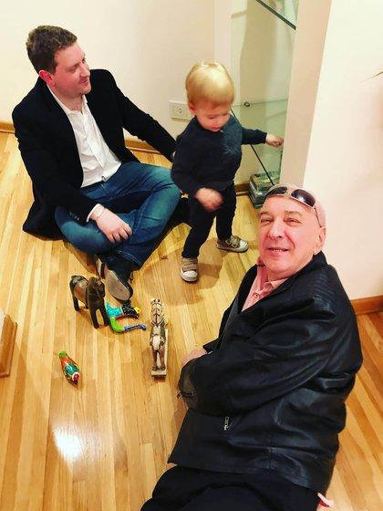 Mauro Viale con su hijo Jonatan y su nieto (@vialejonatan)