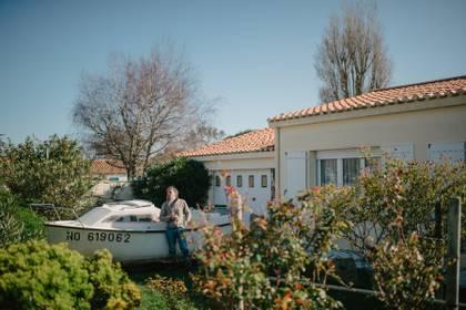Claude Gouraud fuera de su casa en la isla francesa de Noirmoutier. Deberíamos haber bloqueado el puente hace semanas, dijo sobre la entrada de parisinos a la isla. (Dmitry Kostyukov/The New York Times)
