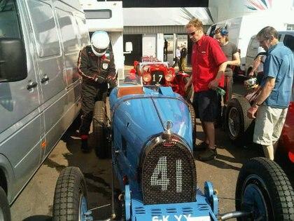 Nick a punto se subirse a una Bugatti T 35, de mediados de los años 20. Es el modelo en el que empieza a gestarse la leyenda de la marca. Invalorable...