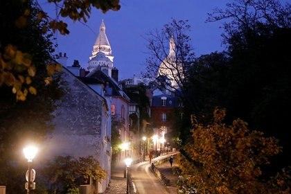 Montmartre pocos minutos antes del toque de queda nocturno debido a las restricciones contra la propagación de la enfermedad por coronavirus (COVID-19) en París, Francia REUTERS / Charles Platiau