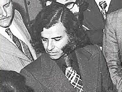 Abogado, recibido en la Universidad Nacional de Córdoba, Carlos Saúl Menem cobró por primera vez notoriedad pública al defender a presos políticos durante el gobierno de facto de Pedro Eugenio Aramburu, tras el golpe de estado de 1955