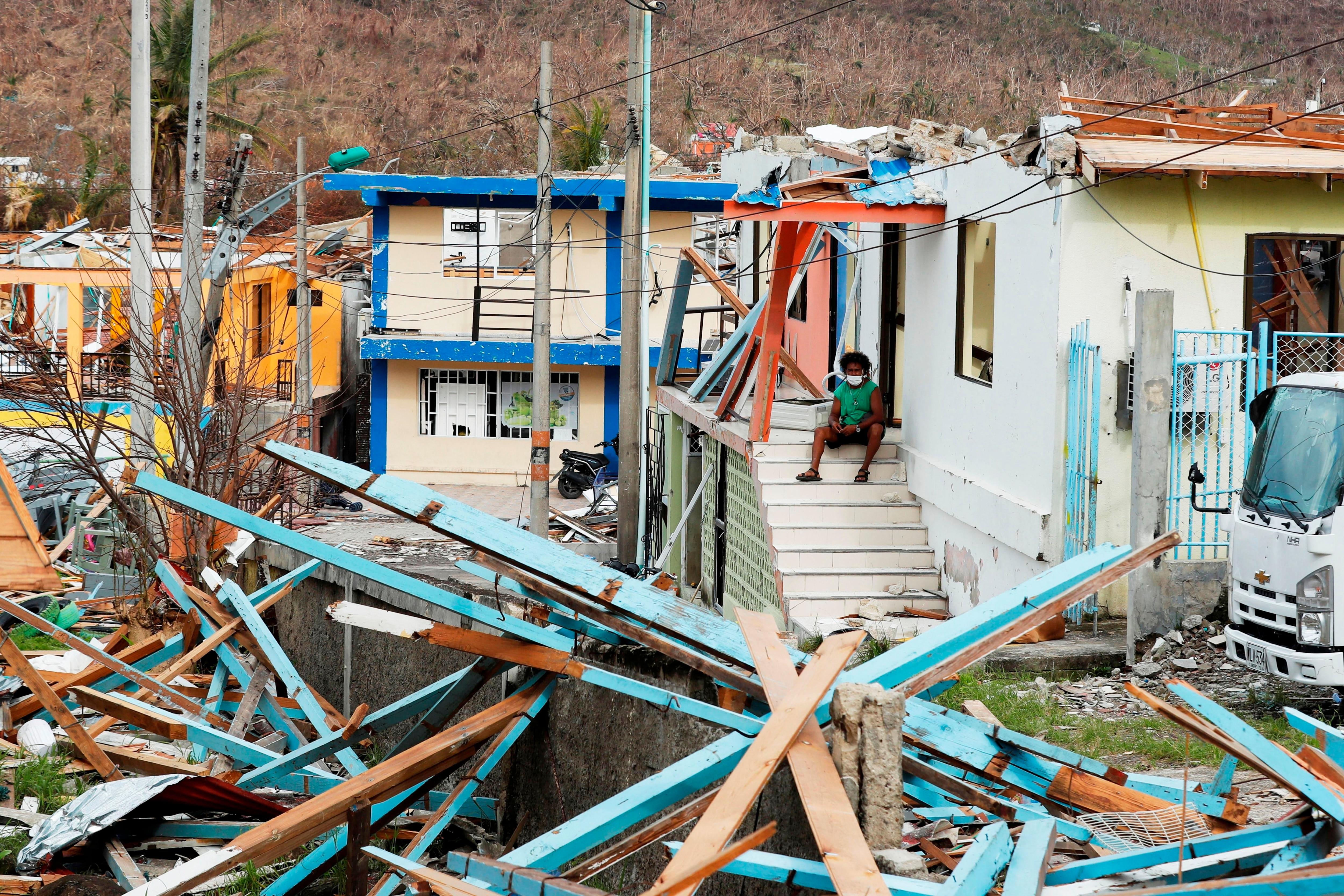 Una mujer observa hoy los da�os a su vivienda entre los escombros que dej� el paso del hurac�n Iota, en la isla de Providencia, Archipi�lago de San Andr�s (Colombia). EFE/Mauricio Due�as Casta�eda