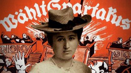Rosa Luxemburgo (foto de 1900) frente a un cartel espartaquista
