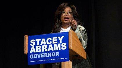 Oprah Winfrey, la famosa presentadora de televisión, probablemente la mujer más influyente de la comunidad negra, haciendo campaña en favor de Abrams. (Reuters)