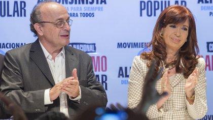 Leopoldo Moreau quiere iniciarle juicio político a todos los magistrados de la Corte Suprema. En la foto, aplaude junto a Cristina Kirchner
