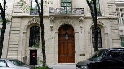 Fachada de la mansión del difunto multimillonario Jeffrey Epstein ubicada en Nueva York