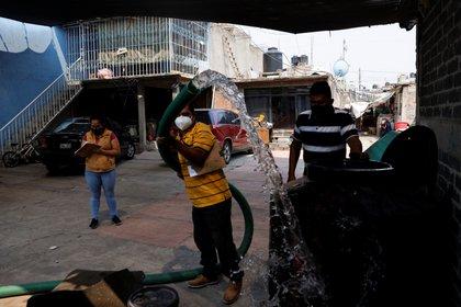 22-Abril-2021: Trabajadores de la alcaldía Iztapalapa acuden a rellenar cisternas y tinacos a cada casa.  REUTERS/Carlos Jasso     TPX IMAGES OF THE DAY