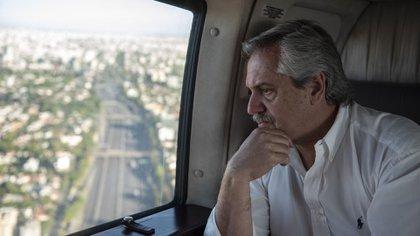 Alberto Fernández, en un sobrevuelo del conurbano bonaerense