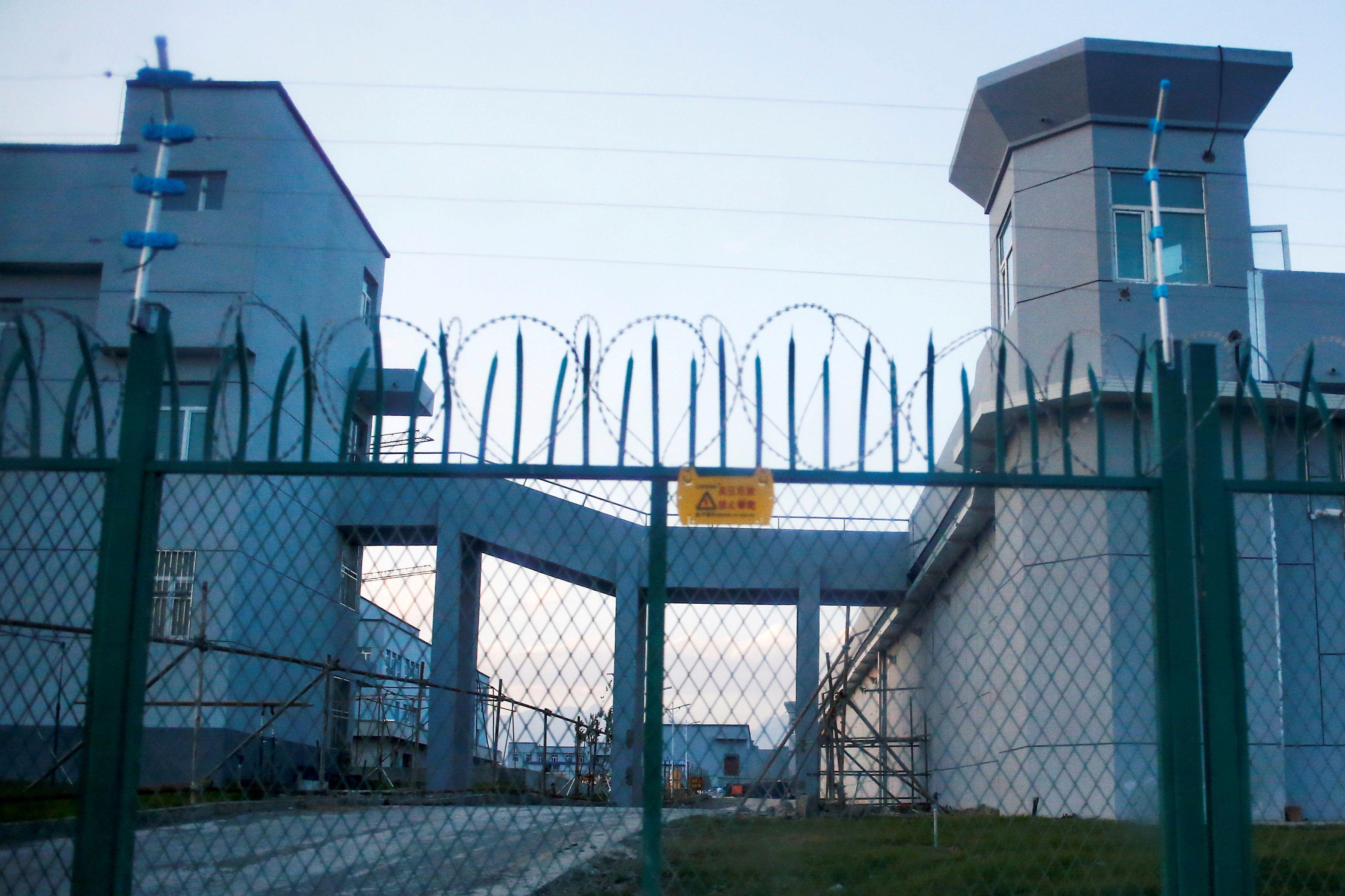 Una cerca perimetral alrededor de lo que se conoce oficialmente como un centro de educación de habilidades vocacionales en Dabancheng, en la Región Autónoma Uigur de Xinjiang, China, 4 de septiembre de 2018. REUTERS / Thomas Peter / Foto de archivo