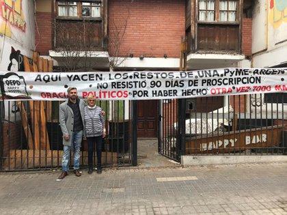 Gabriel junto a Rosa, la gerente del lugar, cerrando de manera definitivo el Hostel Happy en la provincia de Córdoba