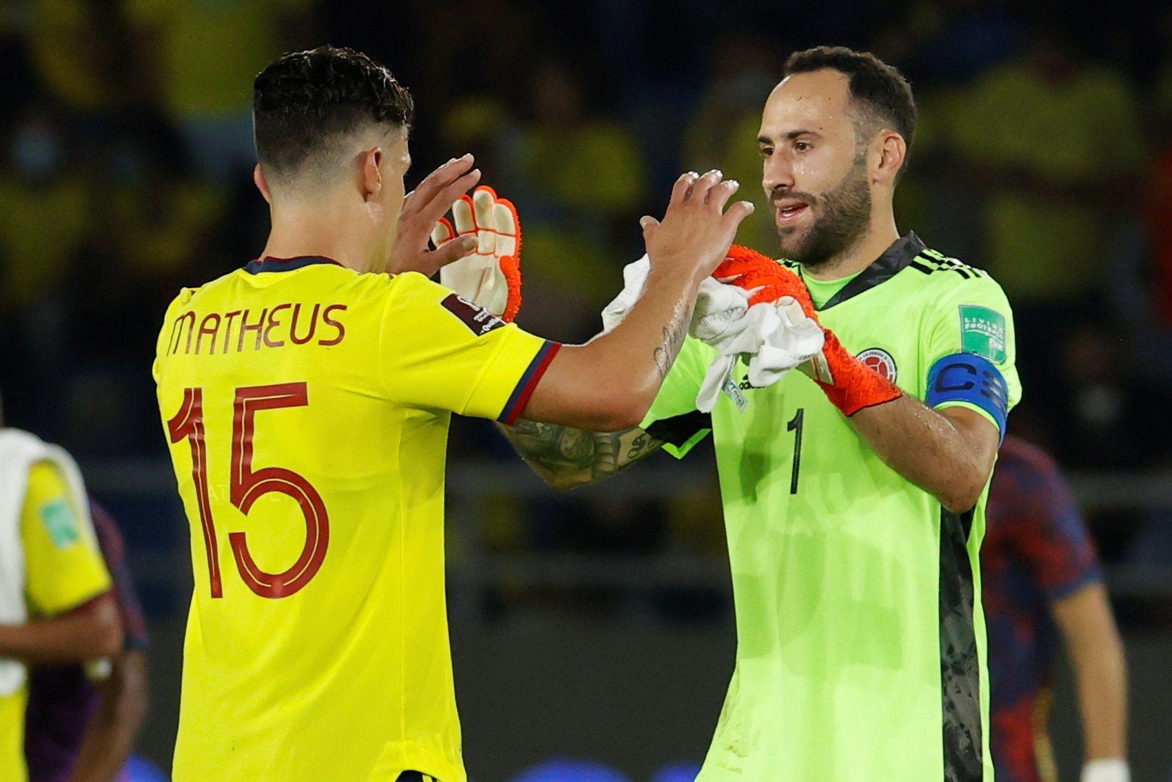 David Ospina (d) de Colombia saluda a Matheus Uribe, en un partido por las eliminatorias sudamericanas para el Mundial de Catar 2022, en una fotografía de archivo. EFE/Mauricio Dueñas Castañeda