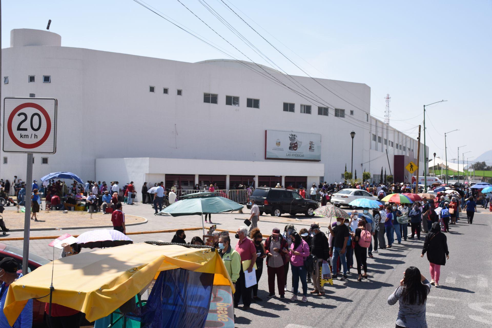 vacuna de Sinovac  - ECATEPEC - FILA - MEXICO - 23022021