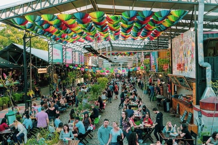 El Patio de los Lecheros queda en Caballito y fue el primer patio gastronómico de la Ciudad. Actualmente recibe más de 10 mil vecinos por semana y de 2017 a hoy cuadruplicó la cantidad de puestos de trabajo que genera