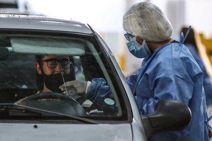 Un hombre se somete a un hisopado de covid-19 en un centro de control de la Ciudad de Buenos Aires, Argentina. EFE/Juan Ignacio Roncoroni/Archivo