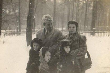 Pedro Conde Magdaleno, su esposa, Alicia Masini, y sus tres hijos