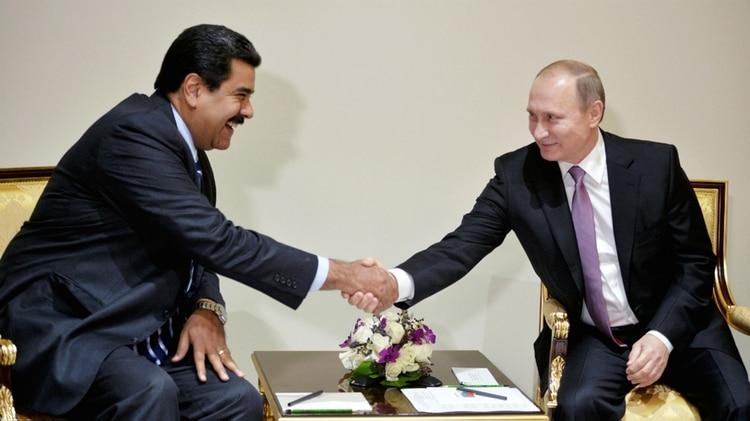 El presidente venezolano Nicolás Maduro junto a su par ruso Vladimir Putin. Venezuela es el mayor comprador de armas rusas de la región (AFP)
